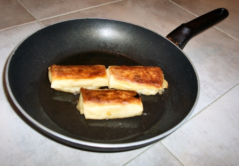 MA Blintzes_in_frying_pan (wikimedia).jpg